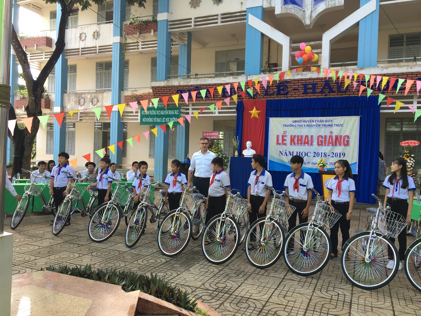 Present bicycles to pupils at 2 Secondary school of Chau Duc District at new schooling Ceremony 2018-2019